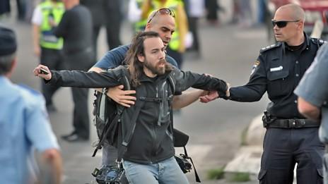 הצלם מורן מעיין מובל לניידת המשטרה, 10.4.13 (צילום: שי וקנין)