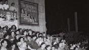 """חגיגות יום העצמאות 1949, מחוץ לקולנוע מוגרבי בתל-אביב, לקראת הקרנת הסרט """"שנות חיינו היפות ביותר"""" (צילום: דוד אלדן, לע""""מ)"""