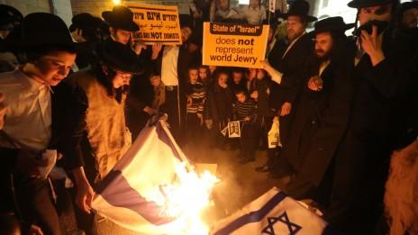 חרדים מפלג נטורי-קרתא מציינים את יום העצמאות ה-65 של מדינת ישראל, אתמול (צילום: פלאש 90)
