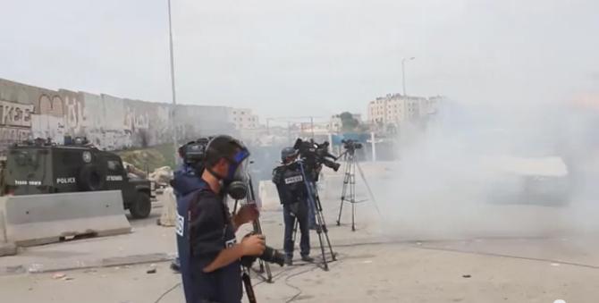 """חיילי מג""""ב יורים רימוני גז לעבר עיתונאים ליד מחסום קלנדיה, 2.3.13"""