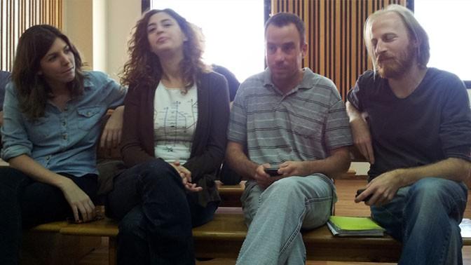 """חברי ועד """"מעריב"""" באחד הדיונים בבית הדין לעבודה בעניינו של חגי מטר, משמאל: ליאת שלזינגר, גבי גולדמן, יובל גורן וחגי מטר. 15.11.12 (צילום: """"העין השביעית"""")"""