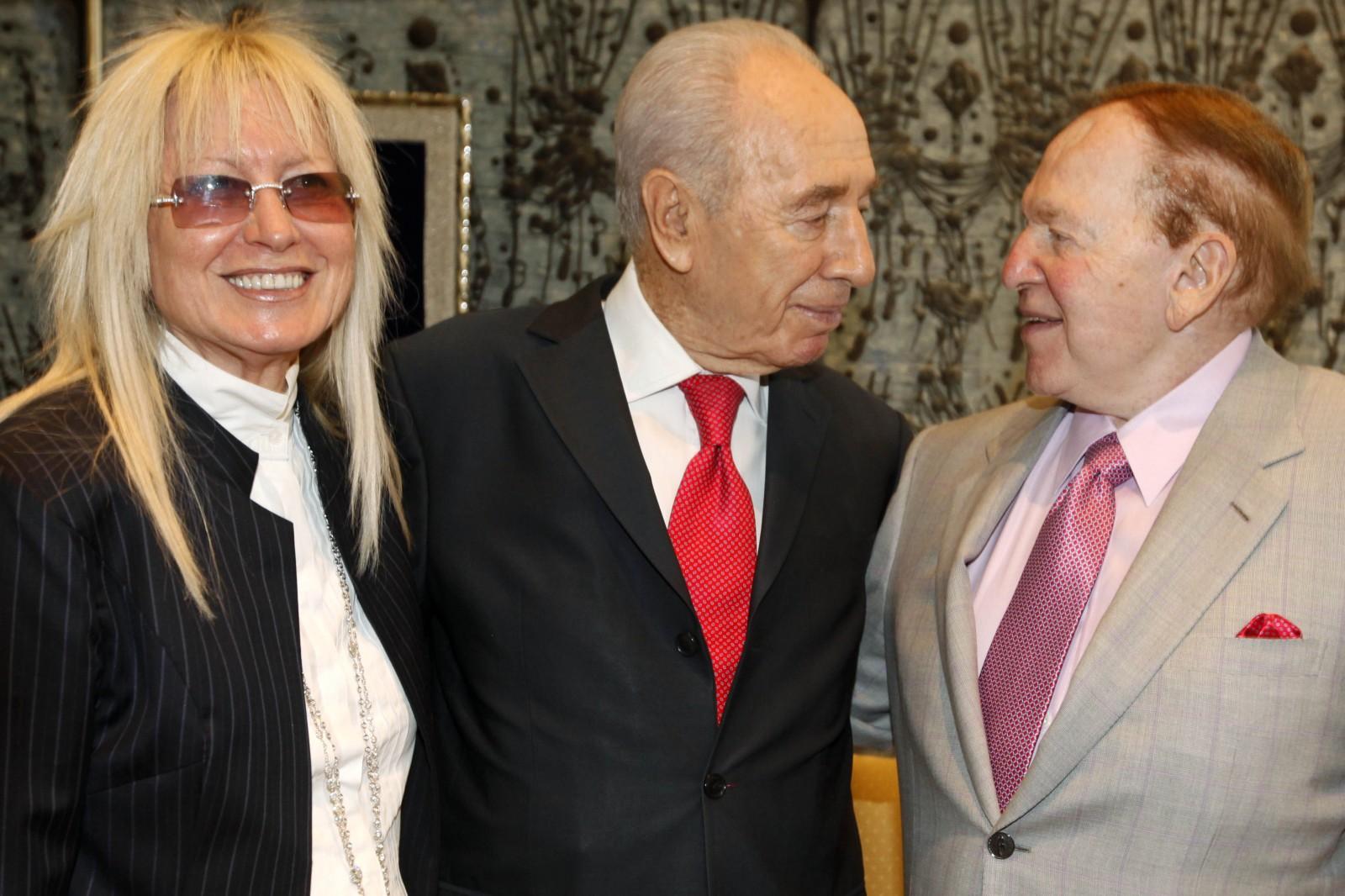 שלדון ומרים אדלסון עם נשיא מדינת ישראל, שמעון פרס, 17.8.11 (צילום: מרים אלסטר)