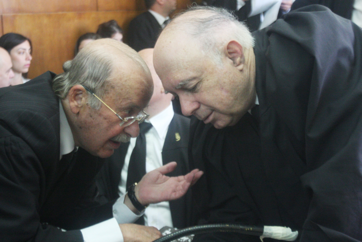 עורכי-הדין פנחס רובין (מימין) ורם כספי מתייעצים במהלך דיון בבית-המשפט על אי.די.בי, 28.4.13 (צילום: רוני שיצר)