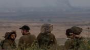 חיילים בצבא ישראל משקיפים אל עבר עשן המיתמר מכיוון הגבול עם סוריה, אתמול (צילום: פלאש 90)