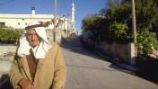 """""""קשיש ערבי הולך ברחובות הכפר שלו בגליל"""" (צילום: אריק חרמוני, לשכת עיתונות ממשלתית, 11.14.88)"""