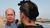 """שר הביטחון, משה (בוגי) יעלון, מביט בלוחם קומנדו צה""""לי על רקע מתקן צבאי סודי (צילום: אריאל חרמוני, משרד הביטחון)"""
