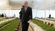 """ראש הממשלה מסייר בין קברי חללים, שלשום (צילום: קובי גדעון, לע""""מ)"""