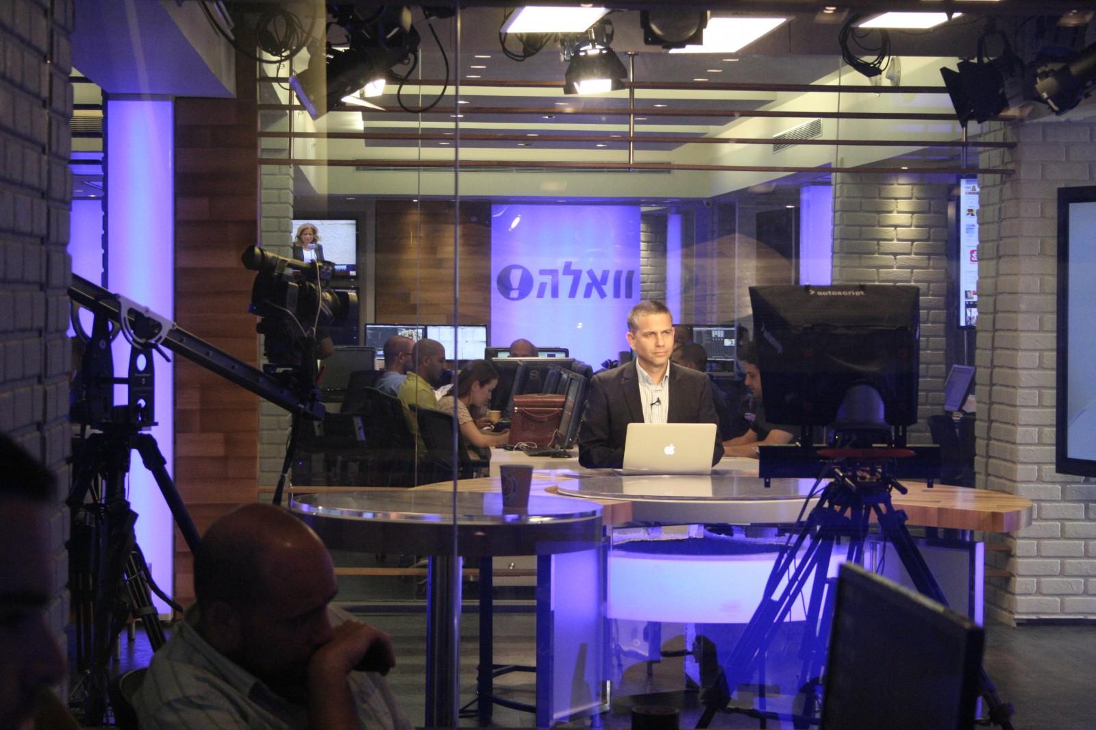 """ינון מגל באולפן הטלוויזיה של וואלה (צילום: """"העין השביעית"""")"""