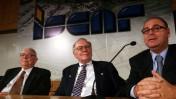 וורן באפט (במרכז) ואיתן ורטהיימר (מימין) אחרי עסקת ישקר הראשונה, ב-2006 (צילום: פלאש 90)