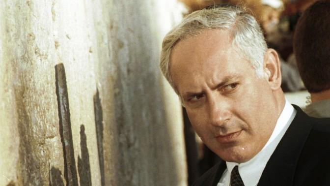 בנימין נתניהו, ראש ממשלת ישראל, מבקר בכותל המערבי. יוני 1996. (צילום: פלאש 90)