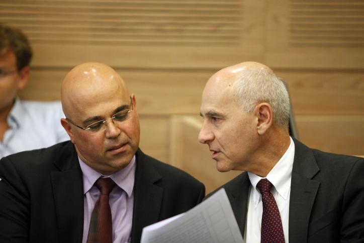 הממונה על שוק ההון עודד שריג (מימין) והמפקח על הבנקים דוד זקן, אתמול בישיבת ועדת הכספים (צילום: פלאש90)