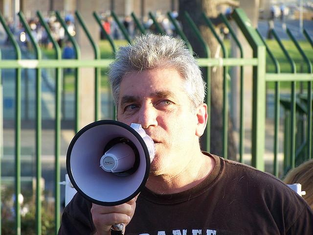"""איתי לנדסברג-נבו בהפגנה נגד סגירת רשות השידור (צילום: """"העין השביעית"""")"""