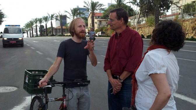 """חגי מטר (משמאל) משוחח עם חבר הכנסת דב חנין, שהצטרף לאחת מהפגנות עובדי """"מעריב"""" נגד הבעלים הקודמים, 14.11.12 (צילום: """"העין השביעית"""")"""