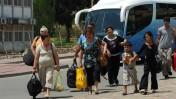תושבים בשדרות אוחזים תיקים בעת שהם יוצאים לחופשה מהעיר במימון העירייה, בזמן התקפות הטילים המסיביות מעזה, 18.5.2007 (צילום: גילי יערי)