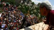 תושב תל-אביב צופה במצעד הגאווה, יוני 2007 (צילום: חן ליאופולד)