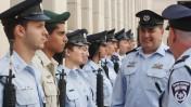מפקד משטרת מחוז תל-אביב, בנצי סאו, סוקר שורה של שוטרים בטקס לרגל כניסתו לתפקיד, לפני שבוע (צילום: רוני שיצר)