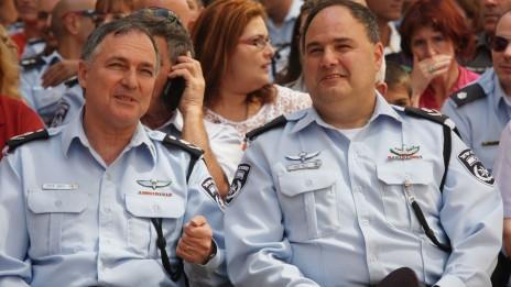 """המפכ""""ל יוחנן דנינו ומפקד משטרת מחוז תל-אביב בנצי סאו. 4.6.13 (צילום: רוני שיצר)"""