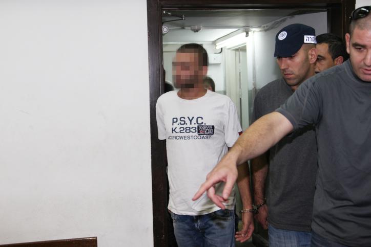 שוטרים מלווים לבית-המשפט חשוד בקשר לרצח בבר-נוער, 6.6.13 (צילום: פלאש 90)