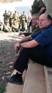 """שר הביטחון משה (בוגי) יעלון והרמטכ""""ל בני גנץ מבקרים במחנה אימונים, 11.6.13 (צילום: אריאל חרמוני, משרד הביטחון)"""