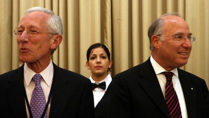 נגיד בנק ישראל היוצא סטנלי פישר (משמאל) והנכנס יעקב פרנקל, בבית הנשיא בירושלים במאי 2008 (צילום: פלאש 90)