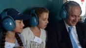 """ראש הממשלה בנימין נתניהו מארח ילדים יתומים במסוק הלוקח אותו לטקס הסיום של קורס טיס, 27.6.13 (צילום: עמוס בן-גרשום, לע""""מ)"""