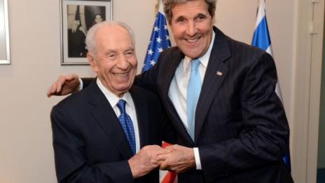 """ג'ון קרי ושמעון פרס, שלשום בבית הנשיא (צילום: מאט שטרן, שגרירות ארה""""ב)"""