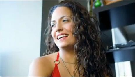 """נטלי מקלנן בראיון קידום מכירות לסרטה האוטוביוגרפי (צילום מסך: """"מונטריאול גאזט"""")"""