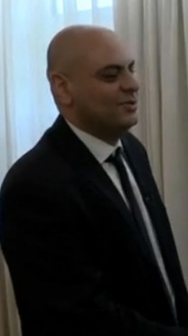 """ראש הממשלה בנימין נתניהו לוחץ את ידו של הכתב המדיני של """"ישראל היום"""", שלמה צזנה, אחרי שחתם על מדריך התיירות שצזנה כתב, מאי 2013 (צילום מסך, """"ישראל היום"""")"""