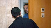 """יו""""ר ארגון העיתונאים יאיר טרצ'יצקי בכניסה לשירותי בית הדין לעבודה, בדיון על עתיד """"מעריב"""" 9.7.13 (צילום: """"העין השביעית"""")"""