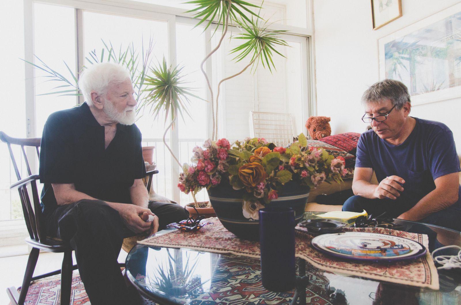 חנוך מרמרי (מימין) מראיין את אורי אבנרי בביתו בתל-אביב, 28.5.13 (צילום: יולי גורודנסקי)