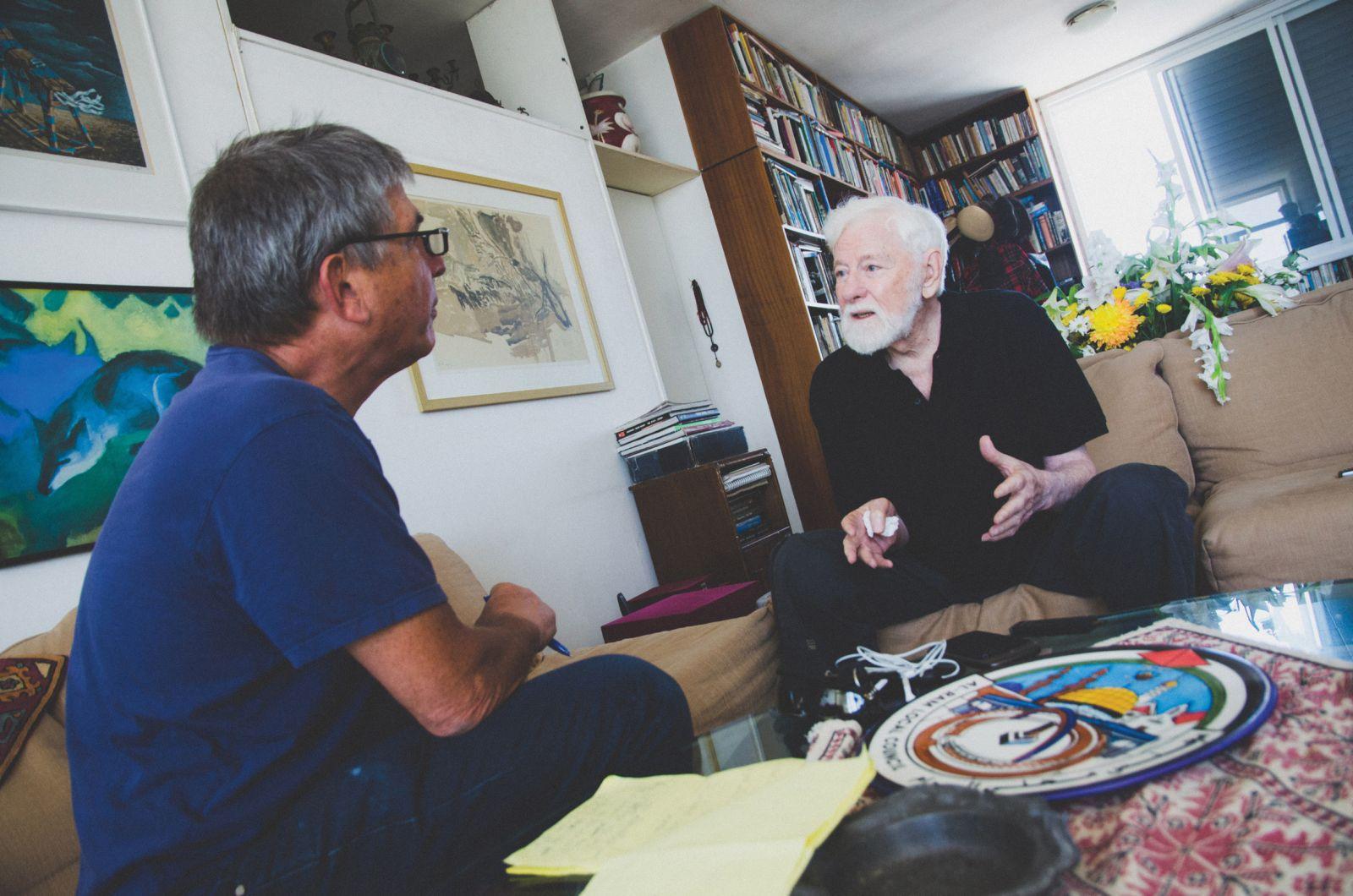חנוך מרמרי (משמאל) מראיין את אורי אבנרי בביתו בתל-אביב, 28.5.13 (צילום: יולי גורודנסקי)