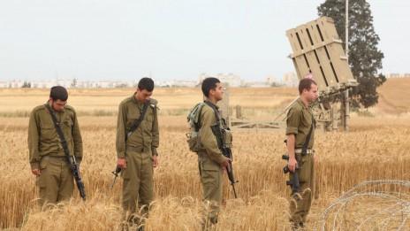 חיילים ישראלים עומדים דום בצפירת יום השואה, 2.5.11 (צילום: אדי ישראל)