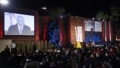 באי טקס פתיחת יום השואה ביד ושם צופים בנאומו של ראש הממשלה, בנימין נתניהו, 18.4.2012 (צילום: מרים אלסטר)