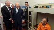 """נשיא המדינה שמעון פרס והשר לבטחון פנים יצחק אהרונוביץ' מבקרים בכלא איילון, 12.2.13 (צילום: משה מילנר, לע""""מ)"""