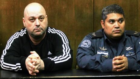 אריק קליין (משמאל) בבית-משפט השלום בתל-אביב, 20.2.13 (צילום: פלאש 90)