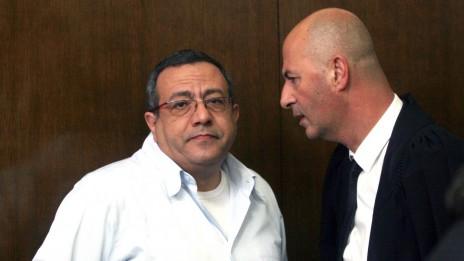 """ד""""ר עמוס בוחניק (משמאל) בבית-משפט השלום בתל-אביב, 20.2.13 (צילום: פלאש 90)"""