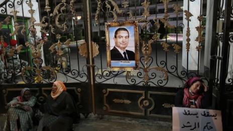 תומכות של נשיא מצרים המודח, חוסני מובארכ, במשמרת מחאה מחוץ לבית-חולים צבאי שבו הוחזק. קהיר, 18.4.13 (צילום: ויסאם נסאר)