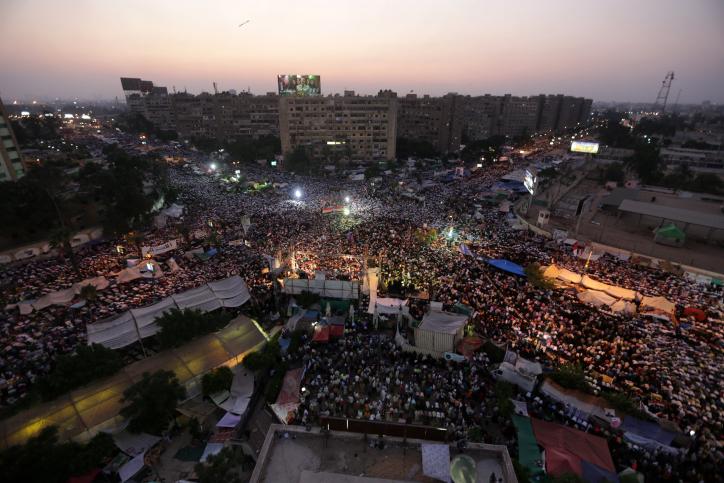 תומכי ומתנגדי הנשיא המודח מורסי בקהיר, אתמול (צילום: ויסאם נסאר)