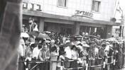 """המונים מתאספים בחזית בית """"מעריב"""" בתל-אביב לחזות במצעד יום-העצמאות, 9.5.1962 (צילום: לע""""מ)"""