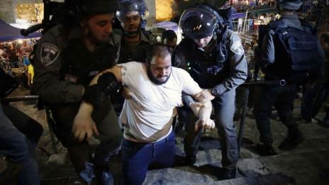 שוטרים עוצרים פלסטיני ביציאה מהעיר העתיקה בירושלים, אמש (צילום: סלימאן חאדר)