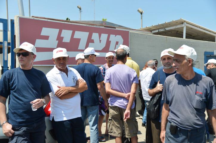 """עובדי בית-הדפוס של """"מעריב"""", שנסגר בשבוע שעבר, מפגינים אתמול מול בית-הדפוס במחאה על כך שלא קיבלו את כספי הפיצויים (צילום: יוסי זליגר)"""