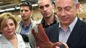 """ראש הממשלה בנימין נתניהו בוחן נעל צבאית אתמול בבסיס הקליטה והמיון של צה""""ל (צילום: צביקה טישלר)"""