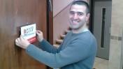 """מייסד """"סקופ"""" מיכאל וייס ביום הראשון לעלייתו של האתר לאוויר, ינואר 2006 (צילום: מערכת """"סקופ"""")"""