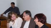 """מימין: ליאורה גלט-ברקוביץ' בלוויית בעלה ובתה, והעיתונאי ברוך קרא, בבית-המשפט המחוזי בתל-אביב, 2.11.10 (צילום: """"העין השביעית"""")"""