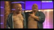 """עיתונאי הספורט רון קופמן (משמאל) והשחקן המחקה אותו בתוכנית הסאטירה """"בובה של לילה"""", ירון ברלד (צילום מסך)"""