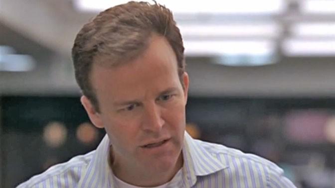"""כתב ה""""בולטימור סאן"""" סקוט טמפלטון לאחר שהעורך גאס היינס מאשים אותו כי בדה ידיעה (צילום מסך: """"הסמויה"""", עונה 5, פרק 8)"""