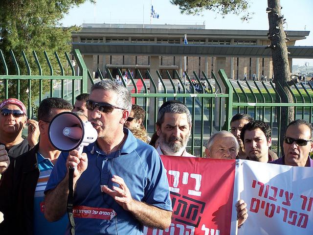 """דני זקן, לשעבר יו""""ר אגודת העיתונאים ירושלים, בהפגנה למען רשות השידור מול הכנסת, 8.3.10 (צילום: """"העין השביעית"""")"""