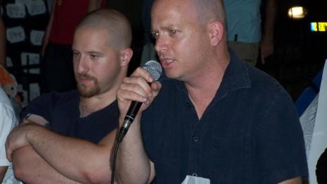 """מימין: אורי תובל ואשר שכטר. שדרות רוטשילד, ינואר 2011 (צילום: """"העין השביעית"""")"""