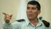 """אשכנזי במהלך ביקור בבסיס הקליטה והמיון של צה""""ל, 23.11.2008 (צילום: משה שי)"""