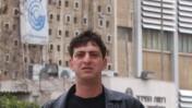 זליג רבינוביץ'. ברקע: בניין הטלוויזיה בשכונת רוממה בירושלים, 16.3.2003 (צילום: פלאש 90)